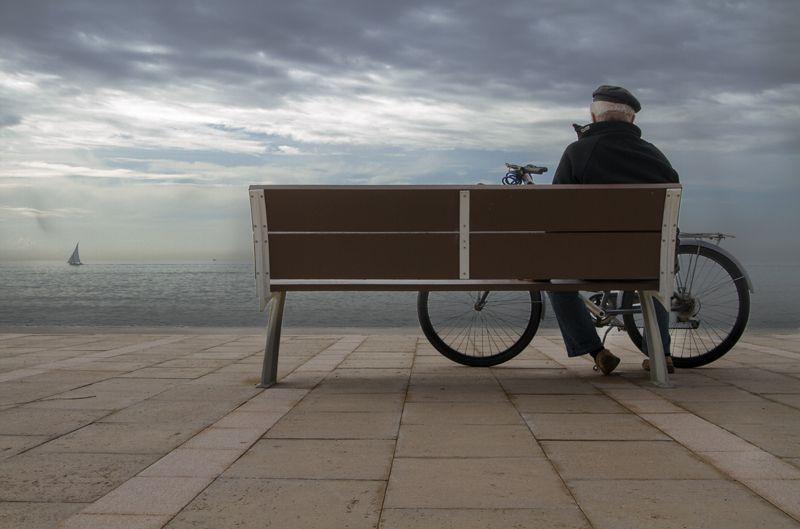 anciano con una bicicleta