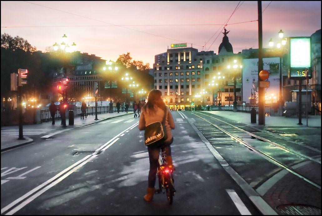 muchacha andando en bicicleta El coaching co-activo es como andar en bici http://goo.gl/s6J6Hj